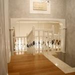 лестница в двухэтажном коттедже